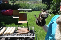 Lamberta hilft beim Grillen.